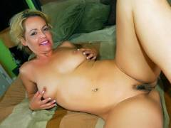 Nasty MILF To have the banana peeleding a Black Peni