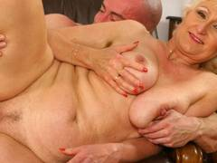 Horny blonde opens wide for a fist-get laid